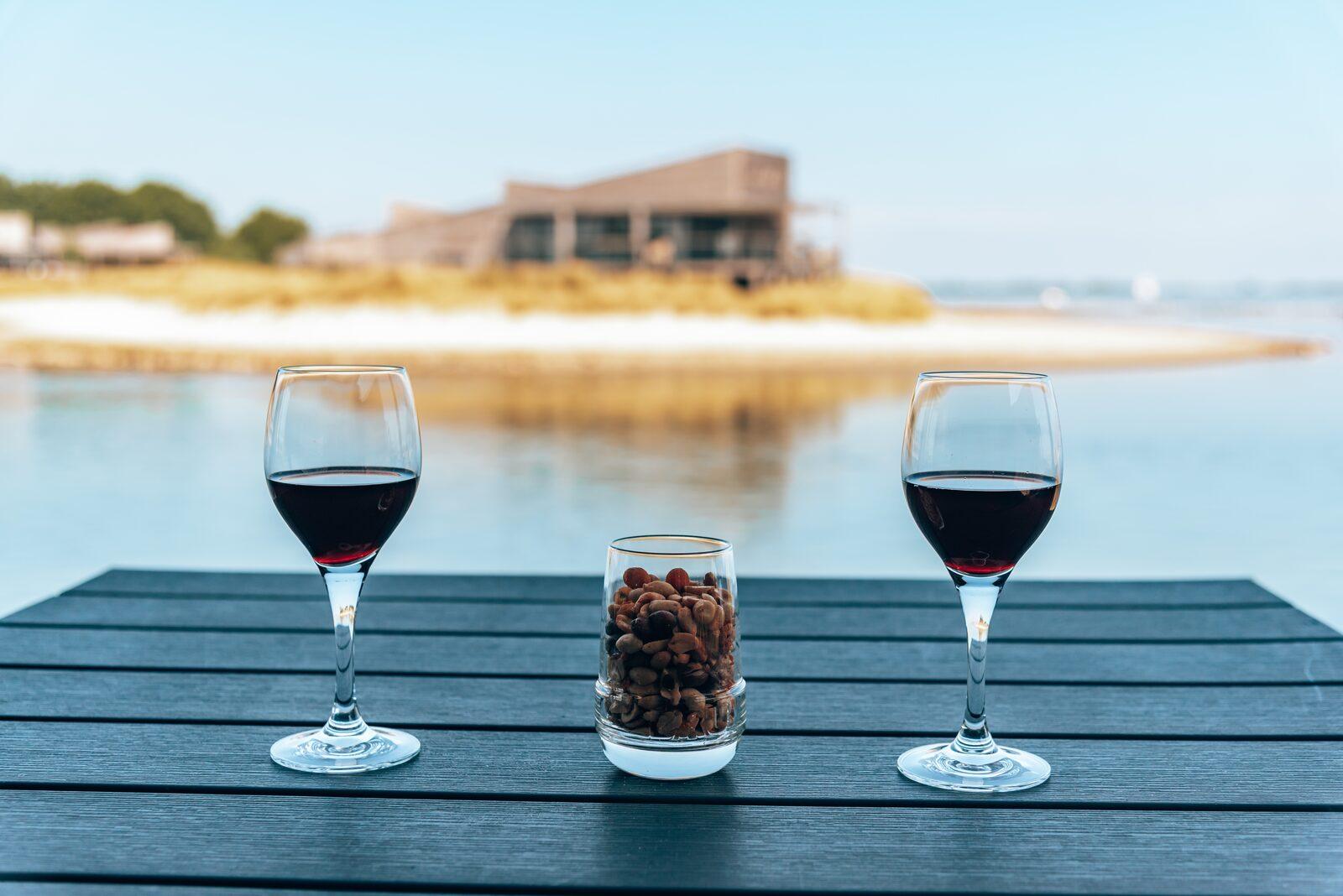 Wijn en nootjes met uitzicht