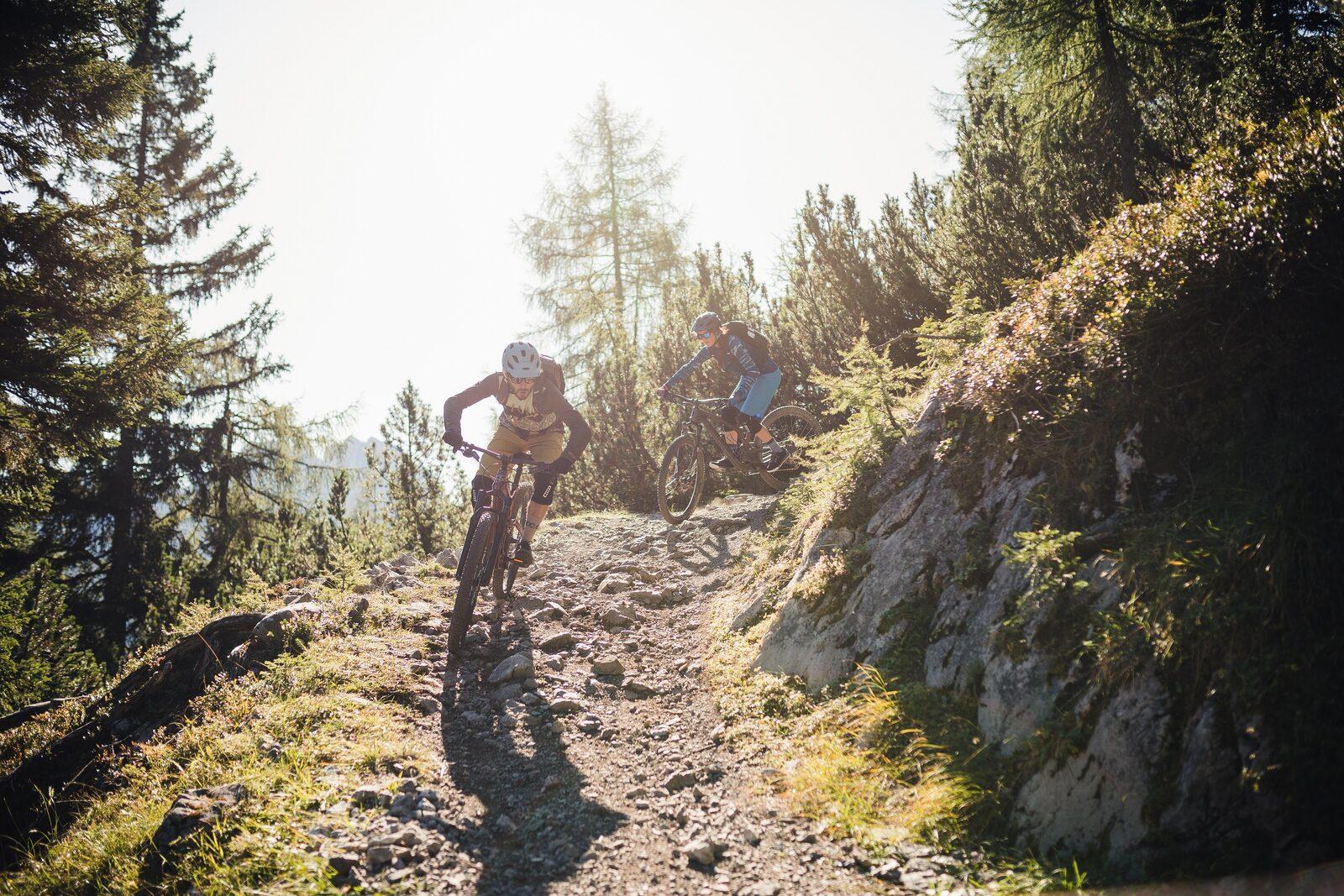 Mountainbikers rusten met uitzicht