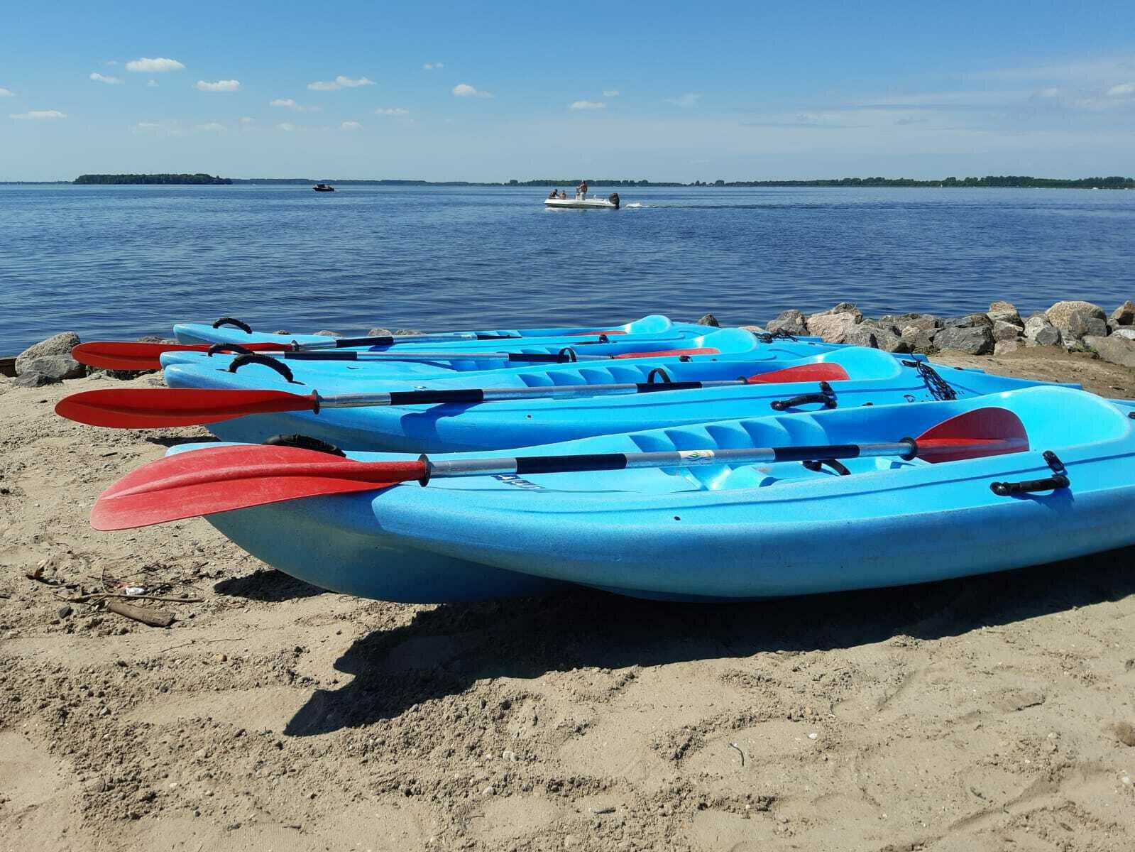 Verleih von Kanus, Stehpaddeln und Tretbooten