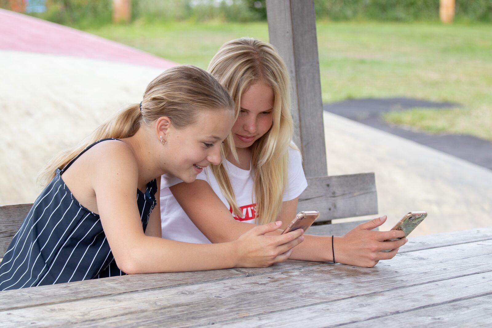 Tieners met telefoon